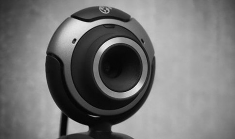 Hơn 350 phụ nữ bị ép khỏa thân qua webcam