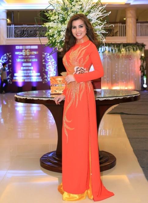 Kim Hồng thay ba áo dài ở sự kiện