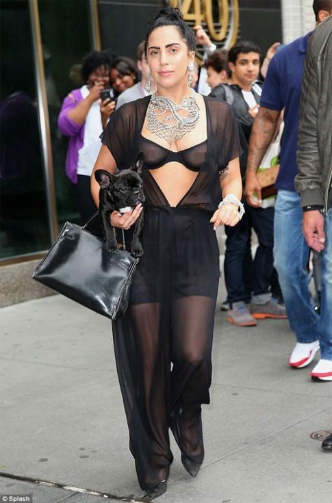 Lady Gaga liều lĩnh mặc áo lót trong suốt