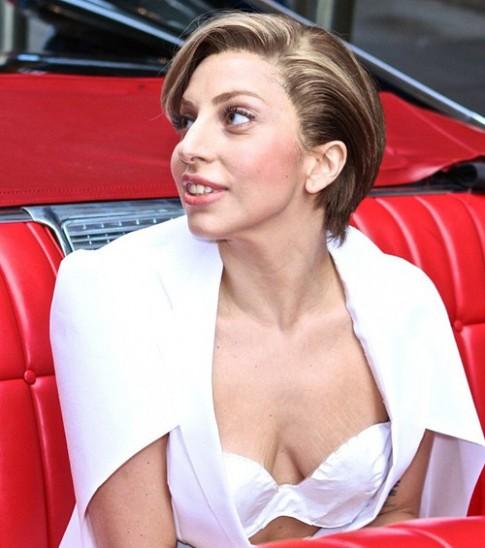 Lady Gaga lộ vòng 1 nhăn nheo, rạn nứt