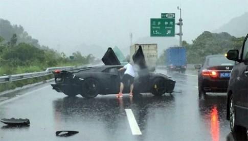 Lamborghini Aventador gặp nạn trên đường mưa