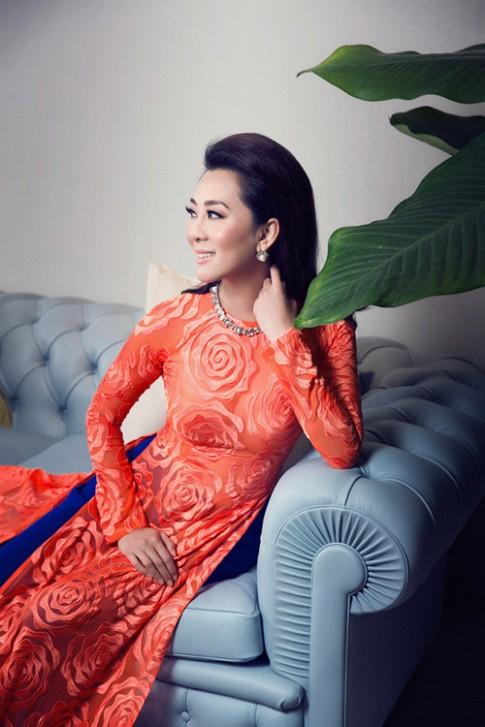 MC Nguyễn Cao Kỳ Duyên căng tràn nhựa sống sau tà áo dài