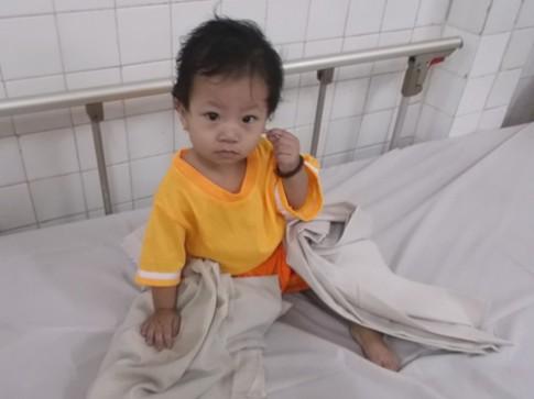 Mẹ bỏ rơi bé 11 tháng vì không có tiền đóng viện phí