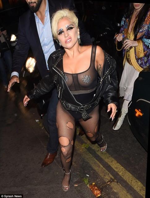 """""""Mẹ Quỷ"""" Lady Gaga mặc áo liền quần trong suốt đi bar"""