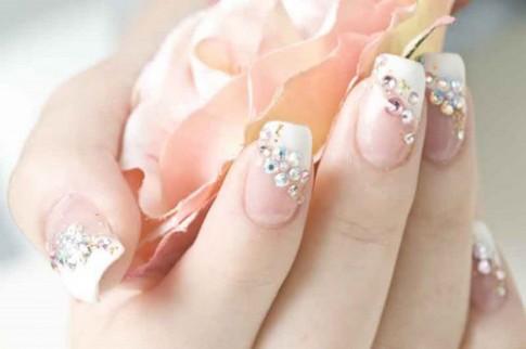 Móng tay nail đính đá đẹp cho cô dâu sang trọng ngày cưới 2016