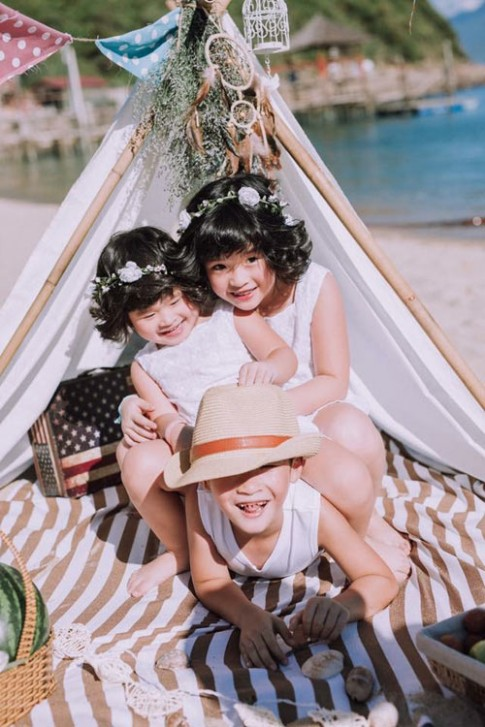 Ngắm ba em bé đẹp như thiên thần bên bờ biển Đà Nẵng