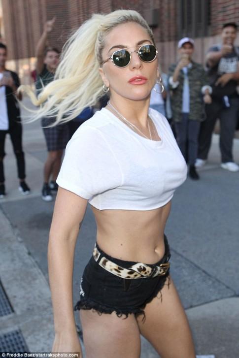 Nghẹt thở với kiểu áo quần 5cm của Lady Gaga