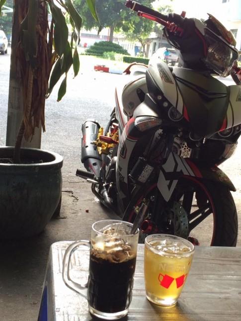 Nhâm nhi ly cafe bên Exciter Xspeed