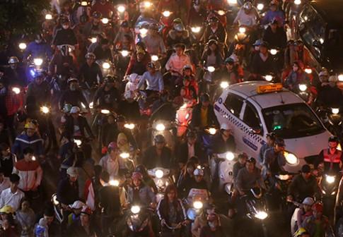 Quy định bật đèn pha ôtô trên thế giới có giống Việt Nam?