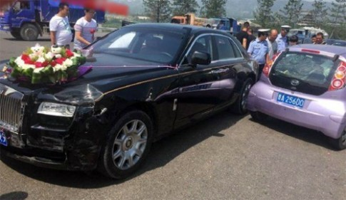 Rolls-Royce gắn hoa cưới gặp nạn giữa đường