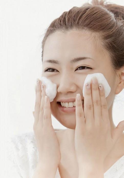 Rửa mặt sai cách đang khiến da bạn lão hoá nhanh hơn