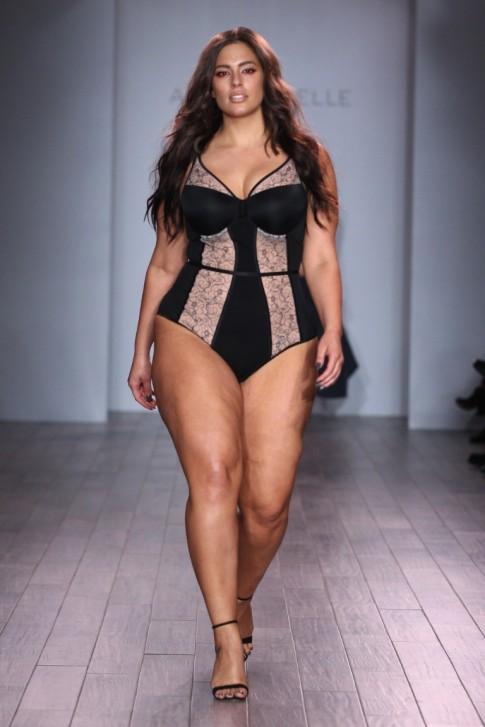 Show thời trang nội y gây sốc với dàn mẫu béo