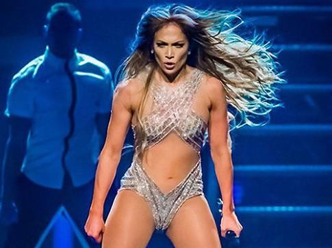 """""""Siêu vòng 3"""" Jennifer Lopez bị kiện vì mặc gợi cảm"""