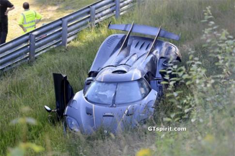 Siêu xe Koenigsegg bay qua rào trên đường đua