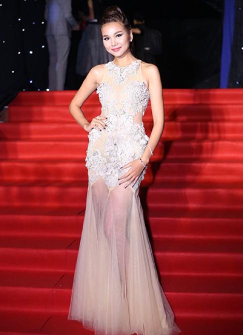 Thanh Hằng diện váy xuyên thấu trên thảm đỏ chung kết Next Top