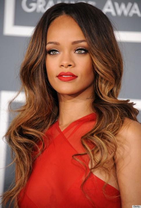 Thích thú xem Rihanna biến hóa cùng màu son