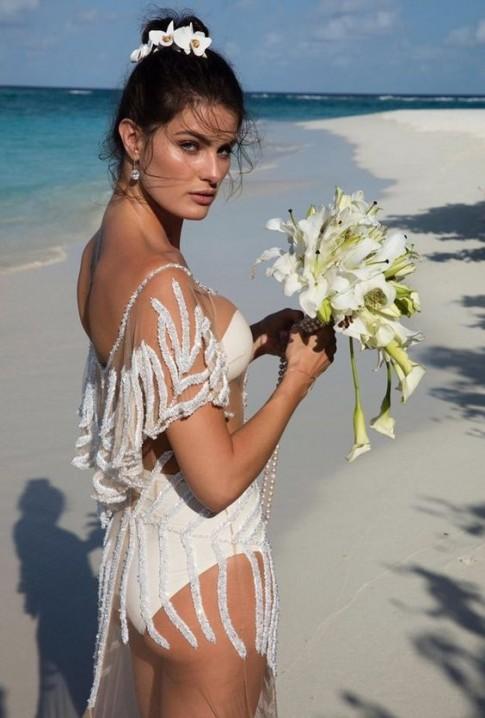 Vũ khí làm đẹp khó ngờ trong túi siêu mẫu Isabeli Fontana