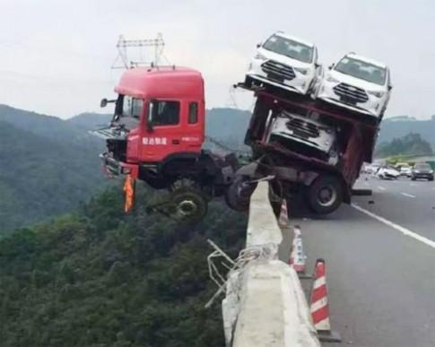 Xe tải nằm vắt vẻo bên bờ vực