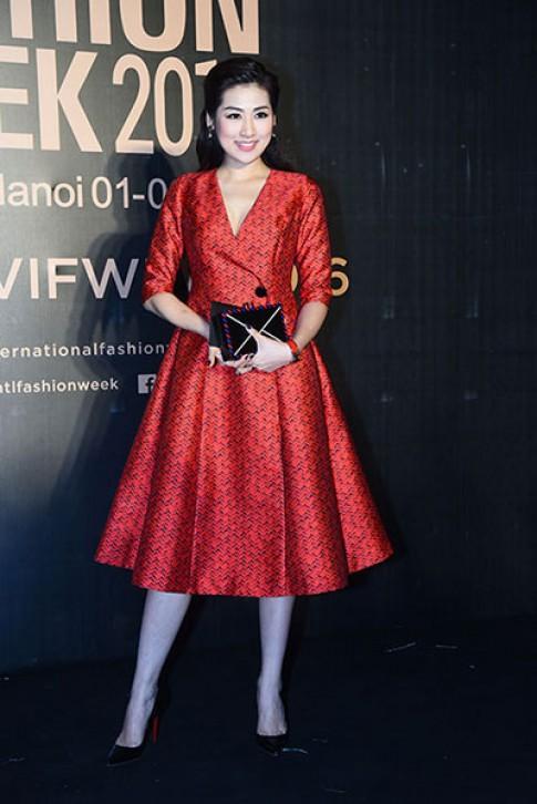 Á hậu Tú Anh khoe dáng trên thảm đỏ tuần thời trang