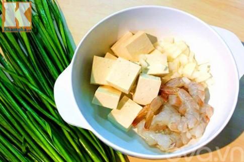 Canh tôm đậu phụ nấu lá hẹ thơm ngon