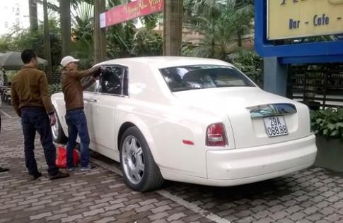 Cạy cửa Rolls-Royce Phantom vì quên chìa khóa?