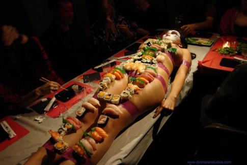 Chuyện khó nói của mẫu nude trên bàn tiệc Nhật Bản