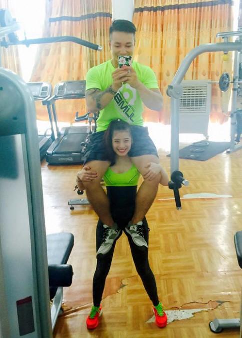 Cô nàng Việt nghiện gym, cõng chồng 74kg nhẹ như lông hồng