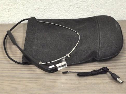 Đại diện Google vào tiệm cầm đồ xin lại kính Google Glass