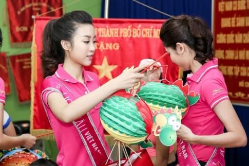 Đi từ thiện, Hoa hậu Đỗ Mỹ Linh trang điểm nhẹ nhàng thật xinh