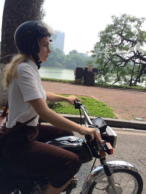 Đi xe máy bên hồ Hoàn Kiếm, cô gái Tây bị chụp lén vì quá xinh