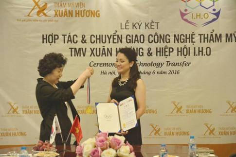 Doanh nhân Xuân Hương nhận huy chương của Hiệp hội Thẩm mỹ IHO Hàn Quốc.
