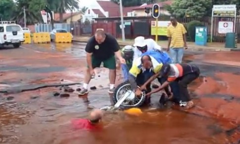 Hố nước giữa đường nuốt chửng xe máy