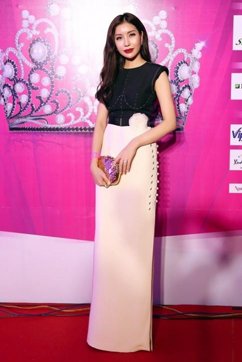 Hoa hậu Nguyễn Lam Cúc quyến rũ với đầm trắng đen thanh lịch