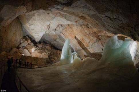 Khám phá vẻ đẹp của động băng khổng lồ ở Áo