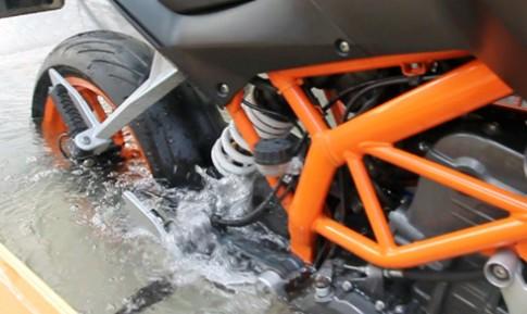 KTM Duke 390 khởi động dưới nước