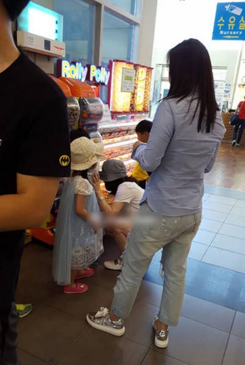Lộ ảnh hiếm hoi vợ chồng Lee Young Ae đưa các con đi chơi