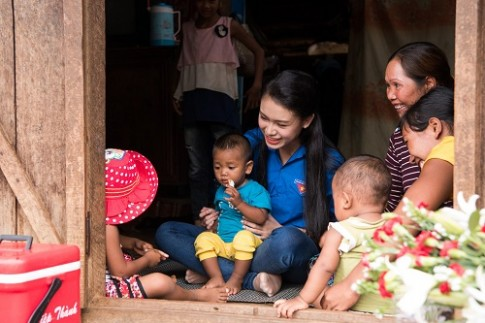 Ngọc nữ học giỏi nhất HHVN trở thành tiên nữ ở buôn nghèo