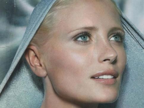 Người mẫu xinh đẹp Yfke Sturm đấu tranh với tử thần