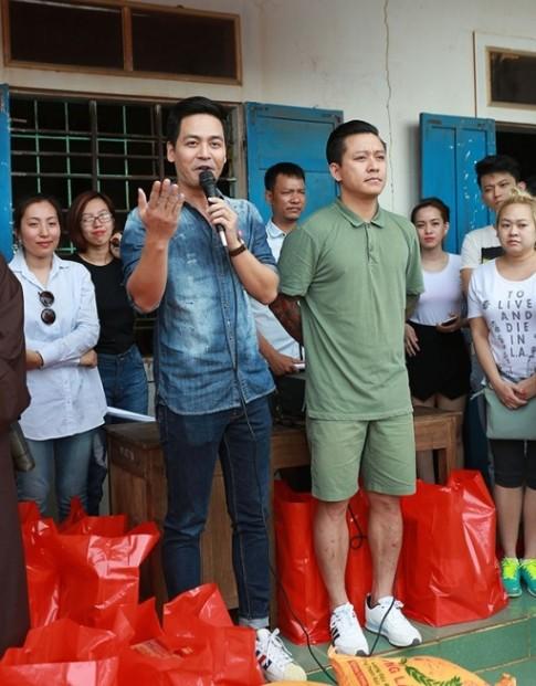 Phan Anh giản dị đi từ thiện, khác xa khi làm MC