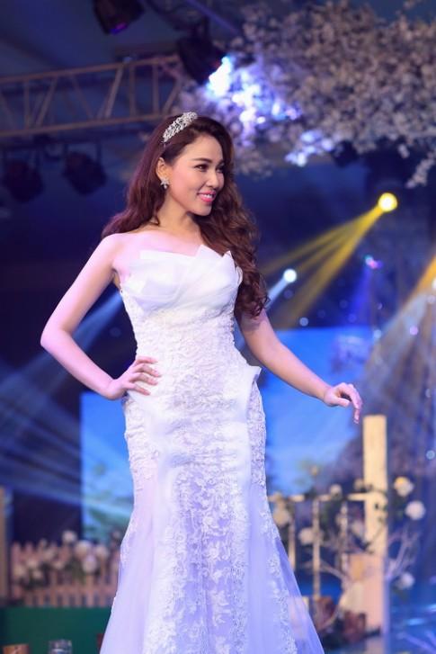 Quỳnh Thư mặc váy cưới thon gọn bên Ngọc Tình