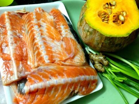 Tận dụng xương cá hồi nấu cháo ngon cho bé