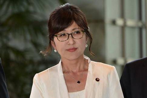 Thời trang nữ tính của tân Bộ trưởng Quốc phòng Nhật Bản 57 tuổi