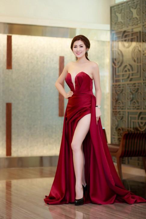 Thời trang sao Việt đẹp tuần qua: Váy xẻ đến hông khiến fan thót tim của Tú Anh
