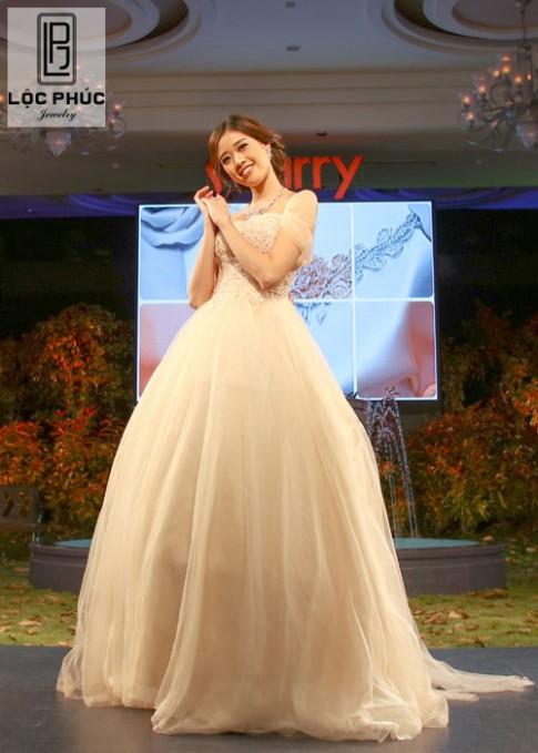Top 10 HHHVVN 2015 Khánh Vân tươi trẻ mở màn show diễn Lộc Phúc Jewelry.