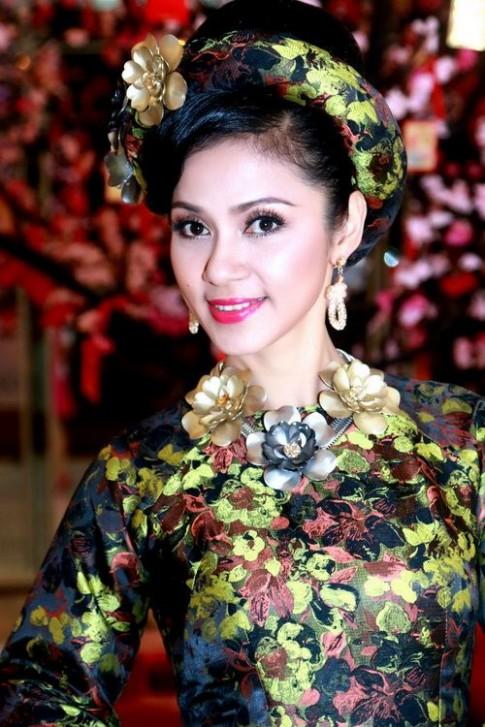Việt Trinh mê hoặc mọi ánh nhìn với nhan sắc không tuổi