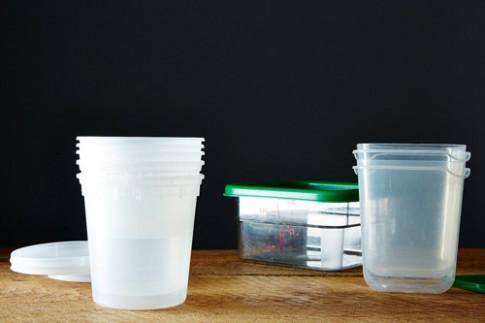 6 mẹo đơn giản cho nhà nội trợ khử mùi hôi hộp nhựa