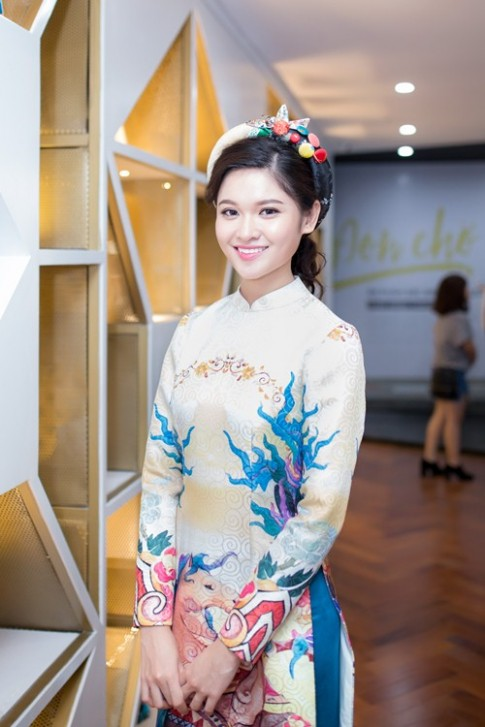 Á hậu Thùy Dung khoe tài đàn và hát tại sự kiện