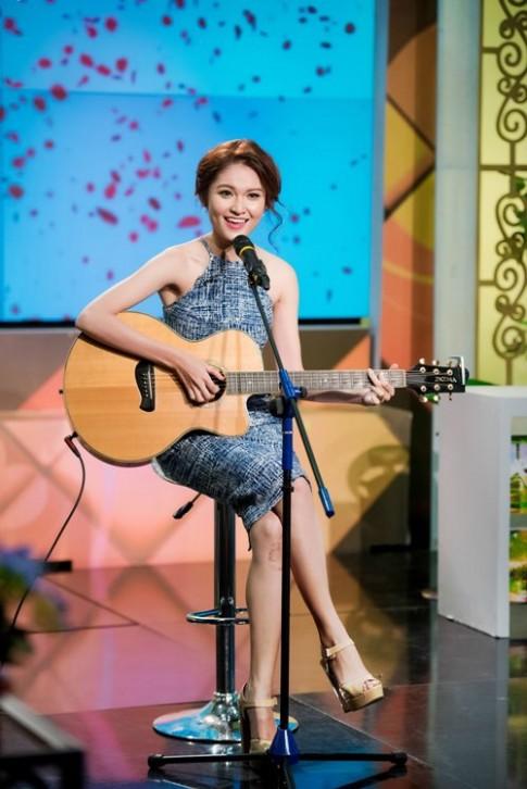 Á hậu Thùy Dung trổ tài hát tiếng Anh trên VTV