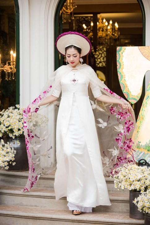 Á hậu Tú Anh đẹp mê hồn sau sự cố trên sóng truyền hình