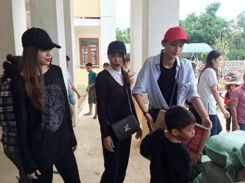 Bé Subeo cùng mẹ Hà Hồ và ông bà ngoại về quê trao quà tận tay cho bà con bị lũ